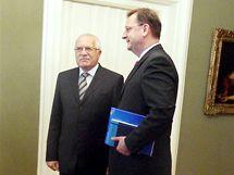 I po dnešním přijetí na Hradě u prezidenta Václava Klause si lídr ODS Petr Nečas na pověření sestavit vládu musí ještě počkat. Pozval Klause na kongres ODS. (3. června 2010)