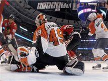 Prav� k��dlo Chicaga Marian Hossa (81) st��l� branku za z�da g�lmana Philadelphie Michaela Leightona (49) ve 38. minut� 2. z�pasu fin�le play-off NHL.