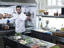 Emanuele Ridi připravuje minestrone - zeleninovou polévku v letním kabátě.
