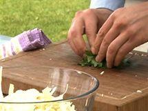 Do zelného salátu přidejte ještě nadrobno posekanou petrželku.