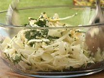 Zelný salát důkladně promíchejte a nechte odležet.
