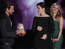 Sandra Bullocková se Scarlett Johanssonovou a Bradley Cooperem