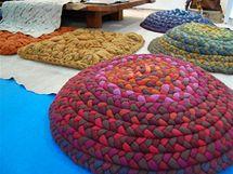 Velké polštáře háčkované zplsti od newyorské designérky Dany Barnesové