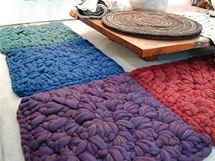 Modulový koberec háčkovaný zplsti od newyorské designérky Dany Barnesové