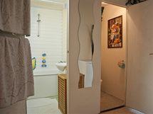 Otevřené dveře do koupelny nebo na záchod způsobovaly kolizi na chodbě