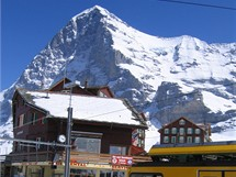 Pohledy na Eiger přes stanici Kleine Scheidegg