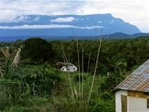 Amazonie, stolová hora nad osadou La Esmeralda