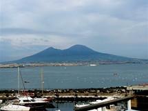 Itálie. Pohled na Vesuv z neapolského přístavu