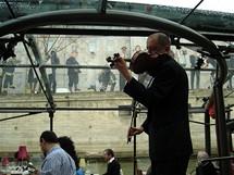 Romantické skladby nepřeruší ani déšť, turisty chrání prosklená střecha i stěny
