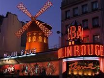 Moulin Rouge (Červený mlýn) dnes zaměstnává kolem 400 tanečnic a tanečníků