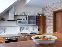 Kuchyně je součástí velkého obytného prostoru. Architekt Kasl si nepřál, aby byla oddělena dveřmi, jak říká, jídlo přece patří k životu