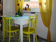 Stůl v kuchyni, opět získaný za odvoz, je natřený na bílo a má žlutou zásuvku