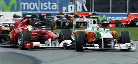TLAČENICE. Felipe Massa z Ferrari (vlevo) naboural do Adriana Sutila s vozem stáje Force India ve Velké ceně Kanady.