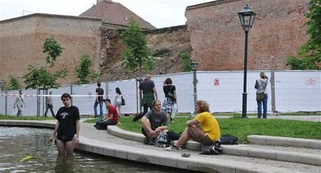 Nedaleko sesunutých hradeb Špiberku se lidé osvěžují v jezírku. (17.6.2010)