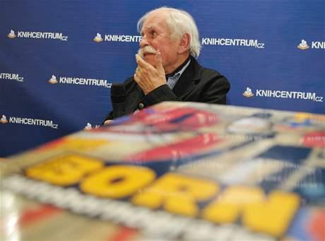 Adolf Born brněnské Olymii podepisoval svou novou knihu Autobornografie (18.6.2010)