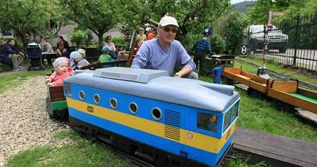 Miloš Kovář provozuje v brněnských Obřanech na zahradě rodinného domku malou železnici
