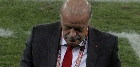 Vicente Del Bosque opouští hřiště, na kterém právě prohráli jeho španělští svěřenci se Švýcarskem.