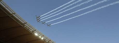 CEREMONIÁL Při slavnostním zahájení prolétla nad stadionem Soccer City v Johannesburgu letadla.