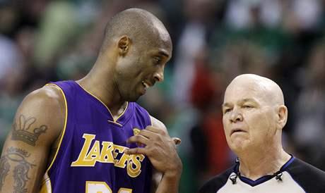 Kobe Bryant z LA Lakers našeptává rozhodčímu Joeymu Crawfordovi