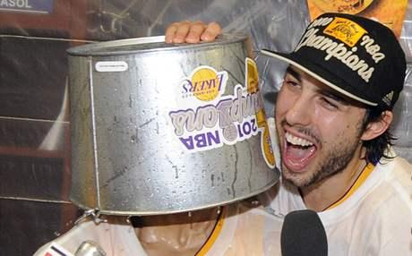 Derek Fisher jako oběť oslav spoluhráče Saši Vujačiče po triumfu LA Lakers v NBA