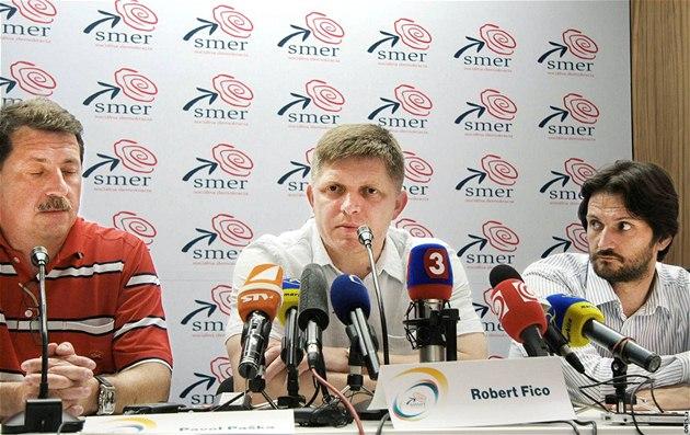 Zleva: Pavol Pa�ka, Robert Fico a Robert Kali�ák v centrále strany Smer (13. �ervna 2010)