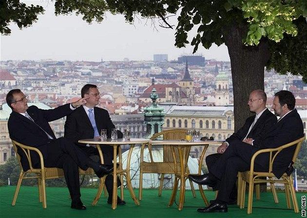 Miroslav Kalousek, Petr Ne�as, Bohuslav Sobotka a Radek John se k nyn�j�ím Otázkám Václava Moravce sjeli do sídla vlády. Debatovali na zahrad� Kramá�ovy vily.