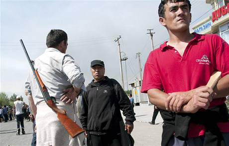 Etničtí Uzbekové se brání molotovy a tyčemi u města Oš na jihu Kyrgyzstánu (12. června 2010)