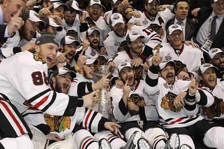 VĚČNÁ SLÁVA. Pro vítěze Stanley Cupu. Radují se hokejisté  Chicaga.