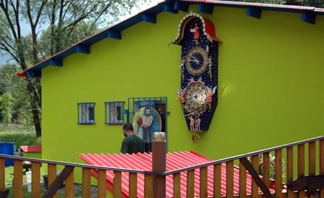 Orloj visí na čelní zdi zahradního domku