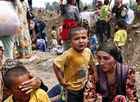 Uzbekové prchají z jihu Kyrgyzstánu, kde se rozhořely prudké nepokoje (14. června 2010)