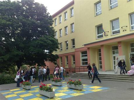 Studenti opuští evakuovanou školu v pražských Vokovicích