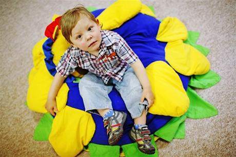 Tříletý Honzík v Dětském centru v Krči - syn matky alkoholičky, který se narodil v autobusu