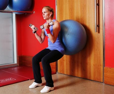 Podřepy soporou o míč + bicepsový zdvih