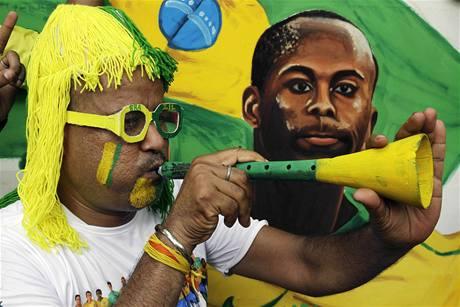 FANDÍ SE I V INDII. Brazilští fotbalisté mají své fanoušky i v indické Calcuttě. Vuvuzelu tohoto fandy ale nejspíš neuslyší.