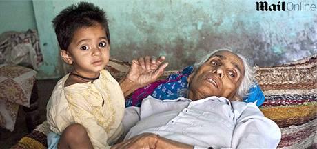 Indka Rajo Devi Lohanová (72 let) se svou osmnáctiměsíční dcerou Naveen.
