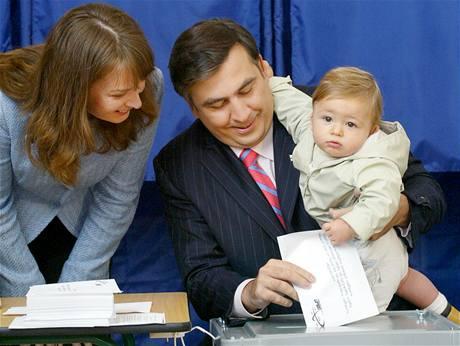 První dáma Gruzie Sandra Elisabeth Roelofsová s manželem Michailem Saakashvilim a synem Nikolozem při volbách v roce 2006.