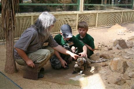 Jakub s kamarádem - ošetřovatelem plazů. Učí se, jak hladit ještěra v místě, kde má tzv. třetí oko.