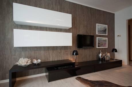 Nejen na podlahu, ale i na zeď použili designéři vinylové dílce imitující dřevo