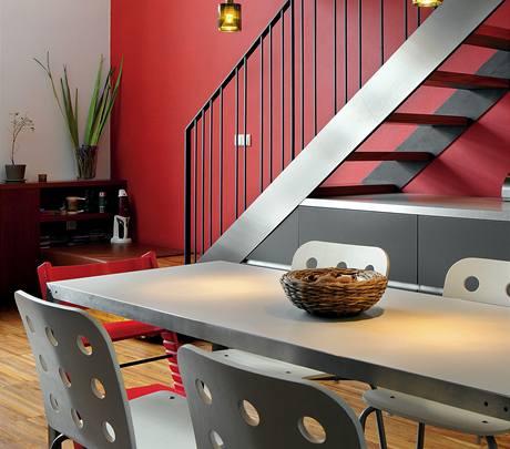 Nové schodiště do patra kombinuje kov a dřevo