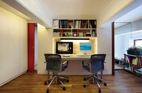Pracovna je oddělená částečně dveřmi, zčásti skleněnou i sádrokartonovou stěnou