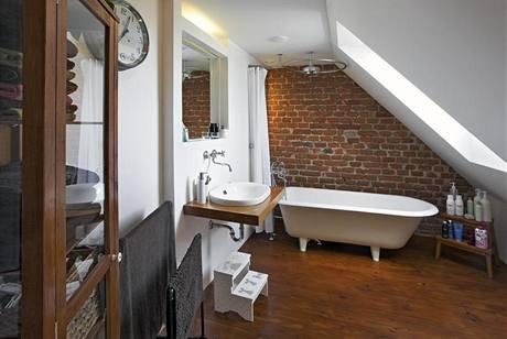 Koupelna zůstala jako jediná místnost v bytě v původním stavu