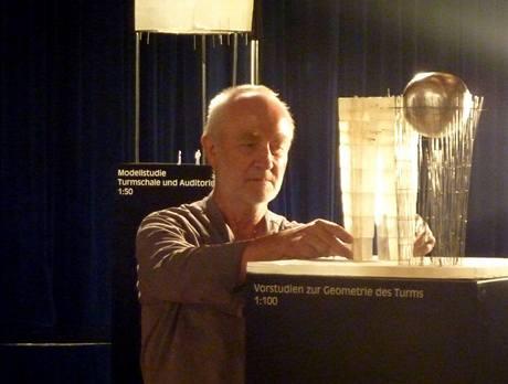 Petr Zumthor s modelem nové věže v Isny