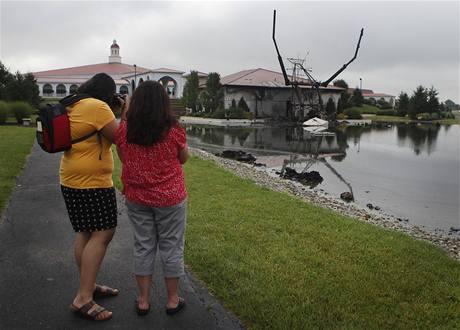 Lidé obhlížejí ohořelou sochu Ježíše v Ohiu (15. června 2010)