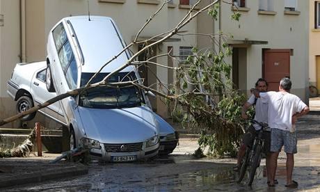Blesková povodeň si na jihu Francie pohrávala i s auty (16. června 2010)