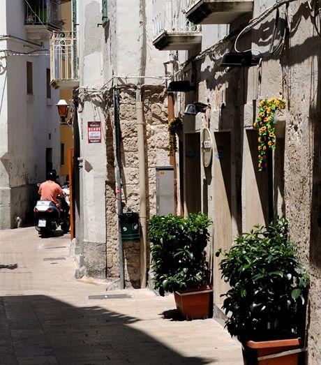 Itálie, v uličkách starého města v Monopoli