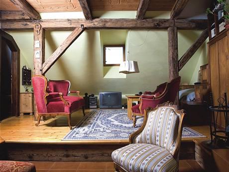 K dřevěným půdním trámům se skvěle hodí romantický starý nábytek