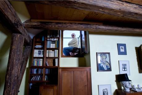 Stupňovité skříňky slouží jako schody