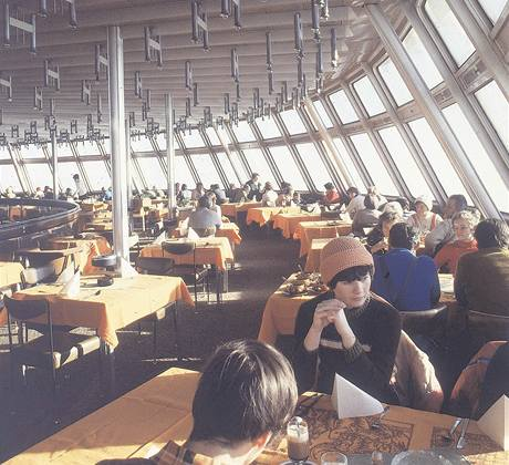 Interiér restaurace libereckého hotelu Ještěd (70. léta)