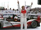 Timo Bernhard se raduje se svým audi z vítězství v závodě 24 hodin Le Mans