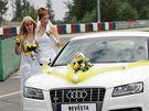 Novomanželé Martin Adámek a Monika Skipalová se vzali na startu Masarykova okruhu v Brně (19.6.2010)